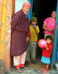 Bhutanese family. (Linda DV) Tags: travel cute barn children geotagged kid child bhutan young kind criana himalaya enfant nio 2007 dziecko bambino    lapsi copil dijete  dt    chukhadistrict tshimashan lindadevolder