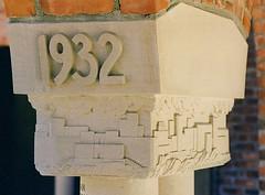 Cranbrook School: Alumni Court, Class of 1932 (pinehurst19475) Tags: city school 1932 michigan year stonecarving class relief elegant cranbrook basrelief bloomfieldhills nationalhistoriclandmark nationalregister nationalregisterofhistoricplaces cranbrookschool columncapital nrhp sculpturalrelief mihistoricsite georgegbooth georgebooth cranbrookkingswoodschool alumnicourt classof1932 nrhpdistrict73000954