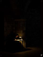El Escribidor, sin la ta Julia (Paco CT) Tags: barcelona light portrait people man persona spain gente retrato candid interior esp hombre 2010 iluminacin ciutatvella robado pacoct absolutegoldenmasterpiece fsuro2510201031102010
