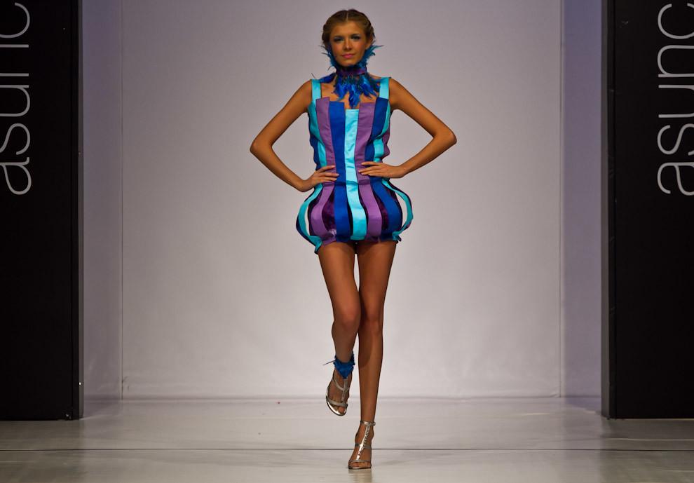 En el Asunción Fashion Week, una modelo exhibe una de las creaciones de nuevos diseñadores del Concurso Pilar Puro Talento. (Tetsu Espósito - Asunción Paraguay)