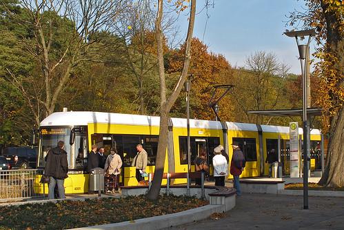 Am S-Bahnhof Strausberg lädt Wagen 4001 zur Mitfahrt ein.