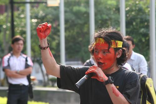 聲援樂生院民的學生大喊:「爭議未決、立即停工!」