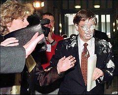 Protesto com Torta na cara de Bill Gates
