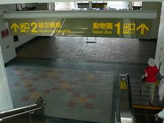 捷運動物園站2號出口,已有通往貓空纜車站的標示