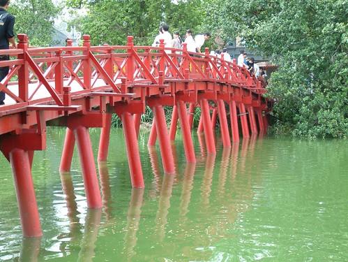 Puente Huc, el cual conecta en extremo del Lago con la orilla