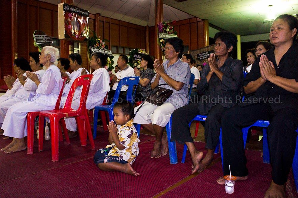Prayers @ Wat Bua Kaew Ka Sorn, Phatum Thani, Thailand