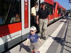 Kücki fährt mit Opa Zug
