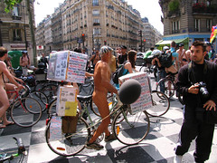 Naked bike ride in Paris (Chris Kutschera) Tags: paris france manifestation 2007 cycliste protestation wnbr nudiste cyclonue cyclonudiste