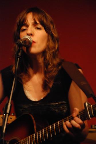Miren Iza, líder del grupo Tulsa en concierto en el bar Fotomatón, Madrid