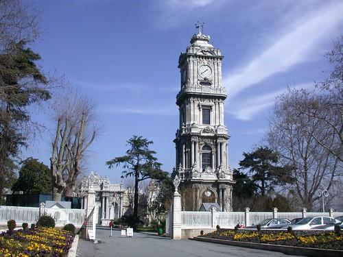 Dolmabahçe palota bejárata az Óratoronnyal