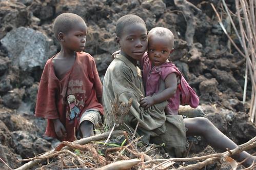 フリー画像| 人物写真| 子供ポートレイト| 外国の子供| 少年/男の子| アフリカの子供| 兄弟/姉妹| コンゴ人|    フリー素材|