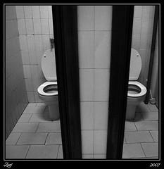 Sinsimetría... (z-nub) Tags: blackandwhite bw blancoynegro water digital zoe noiretblanc pentax bn wc sucio cochinos znub k100d zoelv ltytr1 formatocuadrado atomarporculolasimetría ylasimetríasefuemarchandodespacio sinsimetría víscerasyotrasmetáforas bnysimilares cuadraditas cuadradita zbbn zoelópez cuadradosverticales sinacento
