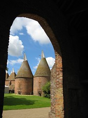Hop-kiln drying-towers / Hopfendarrtrme / in Sissinghurst Castle / Kent / England (amras_de) Tags: uk england castle oast sissinghurst kent grosbritannien gb hop nationaltrust soe trme hopfen sackvillewest oasthouse blueribbonwinner abigfave theperfectphotographer virginiawoolfe kilndrying