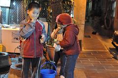20100403-小孩吃楊梅 (2)