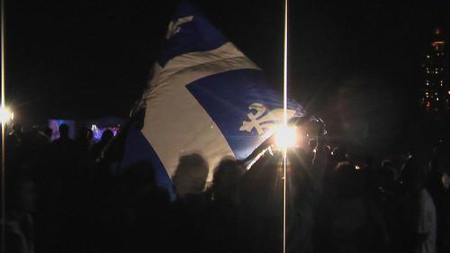 Le drapeau du Québec s'affiche à la St-Jean 0440