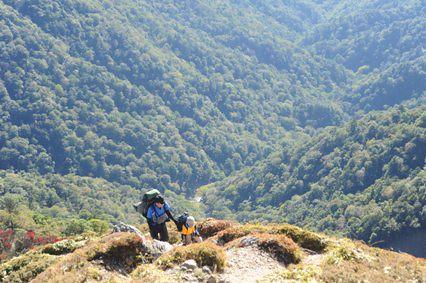 フスベヨリ谷をバックに最後の登高