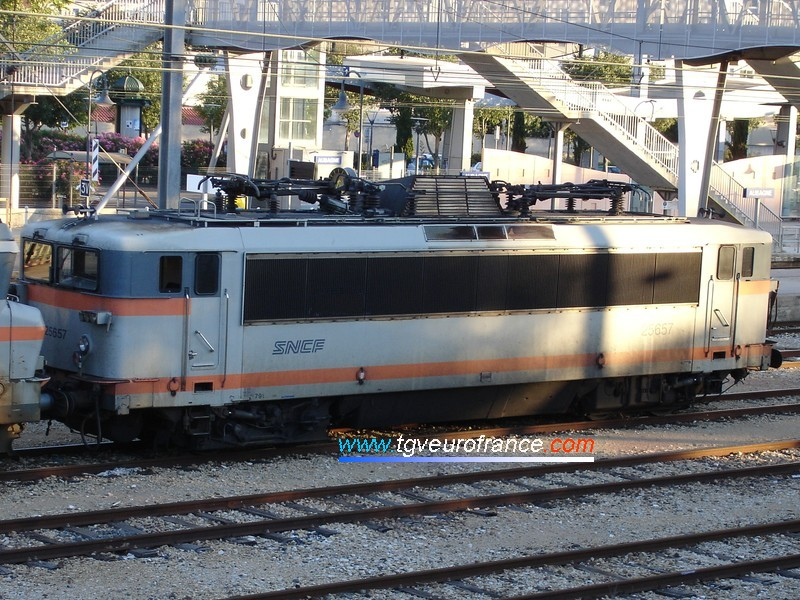 A picture of a 30 year-old BB25500 locomotive (the BB 25657) in the station of Aubagne