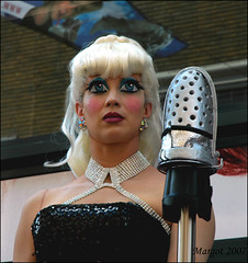 Professional - Winner of Living Statues 2007, Arnhem: American Icon. (Margot) Tags: pink us eyes paint arnhem thenetherlands barbie professional winner americanicon livingstatues worldstatues margotpouw margot worldstatues2007