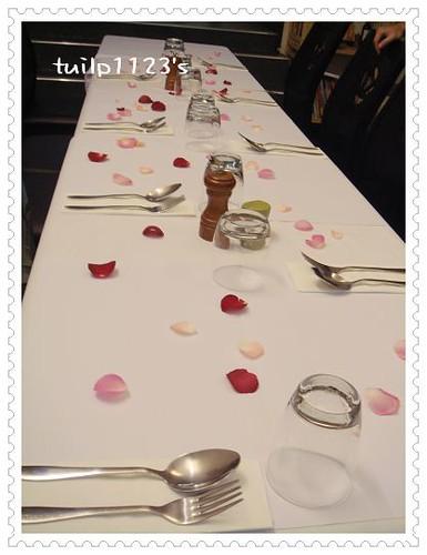 花瓣灑滿桌