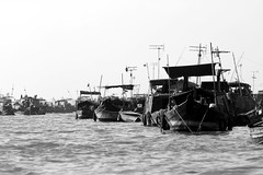(vauka) Tags: wood light bw sun black water contrast river boats boat southeastasia ship market floating vietnam 32 mekong floatingmarket antennas reptition longxuyen 4849 monochromia