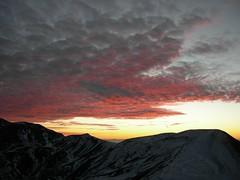 Grigio e rosso? - Gray-red? (pepe50) Tags: montagna appennino italy alba nuvole sole neve inverno freenature pepe50 travel party canon flickr imac apple