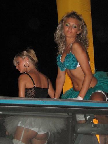 Roemeense dames dansen op een nieuwe auto