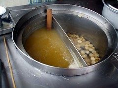 בצד אחד מרק עם גזר לבן, בצד השני מים לבישול האטריות והירק