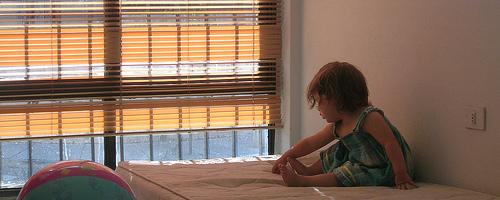 Emilia junto a la ventana