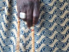 prayer...... (manuel cristaldi) Tags: venice italy train colours hand milano sonydsct3 muslim ring fabric rosary 2b views500 africanpeople abigfave diamondclassphotographer flickrdiamond excellentphotographerawards kaftano manuelcristaldi