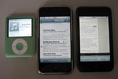 Een vergelijking tussen de iPod nano (links), de iPhone (rechts) en de iPod Touch (rechts)