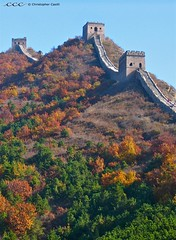 China /  (Les Yeux Heureux) Tags: china travel fall wall canon three asia towers unescoworldheritagesite foliage ridge international barrier greatwall  hillside lachine fortress cina  s500  jinshanling watchtowers     lesyeuxheureux christophercasilli