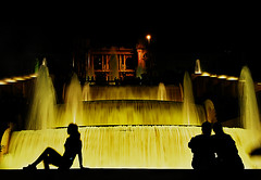 Les amoureux (guerriere) Tags: barcelona woman building norway night nikon illumination architect together d200 archetecture fontain fontaine btiment architecure 2007 nikond200 nikon200 guerriere nskottun