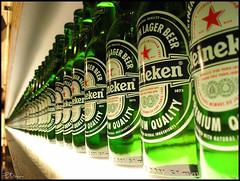 Piensa en verde (PtM 1985) Tags: verde green beer amsterdam heineken bottles cerveza jp bier grn flasche pivo botellas heinekenexperience olympusc360 piensaenverde superbmasterpiece interrail2007