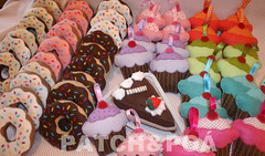doces e mais doces (Simone Dias Artes) Tags: cute souvenirs sweet felt cupcake donut pastry feltro candies sorvete filz sweetstuff docinhos feutre tatl fieltro kee doghnuts bolodecopo simonedias patchpo docesdefeltro dulcesdefieltro feltpendantfilz pingentesdefeltro