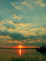 Raios da Liberdade (Strahlen der Freiheit) (#Ikki#) Tags: sunset paran rio raios laranja vermelho amarelo prdosol nuvens reflexo guara duetos anawesomeshot