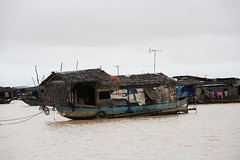 100_4619 (Bryan Hsieh) Tags: travel people lake building cambodia siemreap angkor  2007 tonlesap     eos5d
