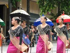 Seattle Gay Pride Parade 2007 (Paul Beppler) Tags: seattle gay costumes youth umbrella mulher philippines pride parade parasol filipino oriente filipina cultura jovem filipinas 2007 sia tradio schirm sombrinha etnia