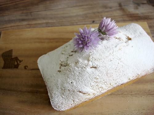 Leilas Tüpflihupf gepudert, mit Schnittlauchblüte
