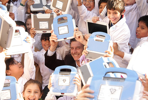 Niños reciben primeras PCs Plan de Educacion Digital