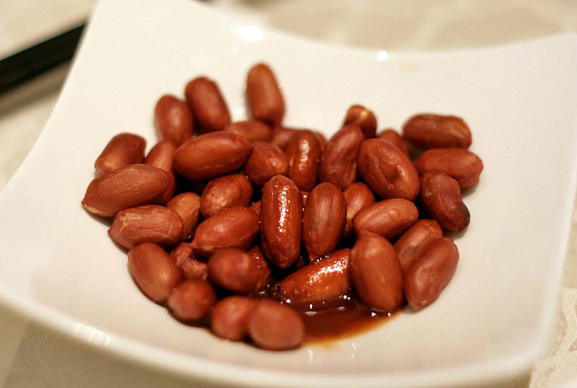 Lightly braised crunchy peanuts