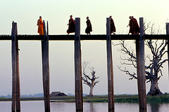 Liberdade para Mianmar!/ Freedom for Myanmar! (Lucille Kanzawa) Tags: bridge burma ponte chrome monks myanmar mandalay cromo amarapura ubeinbridge monges mianmar burmesepeople birmaneses lucillekanzawa pontedeubein antigabirmnia