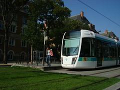 Tram arrive devant cit Universitaire (Julie70 Joyoflife) Tags: park paris france market books choice 2007 georgebrassens paris15 julie70 juliekertesz paris15earrondissement marchdeslivresanciens
