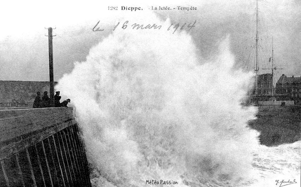 déferlantes sur la jetée de Dieppe lors de la tempête du 16 mars 1914