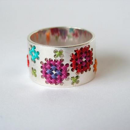 Corina Rietveld, anillos bordados y joyas especiales de Corina Rietveld, joyas para mujer