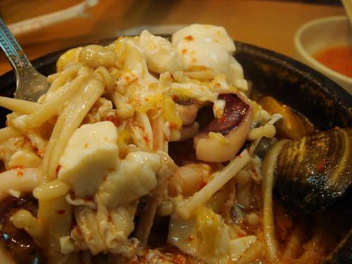 料很多的海鮮豆漿鍋