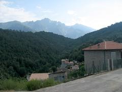 Le village de Guagnu devant la Punte Alle Porte