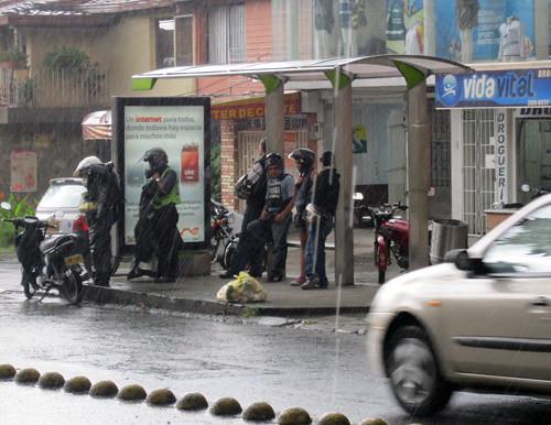 MOTOCICLISTAS SE TOMAN PARADA DE BUS