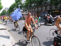 Naked bike ride in Paris.JPG (Chris Kutschera) Tags: paris france manifestation 2007 cycliste protestation wnbr cyclonue cyclonudiste