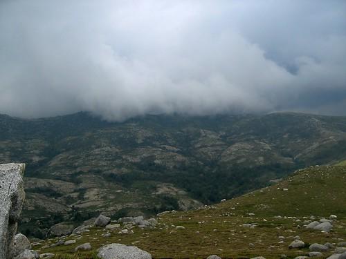 Sommet de l'ancien observatoire: les crêtes de l'Incudine et l'arrivée de l'orage