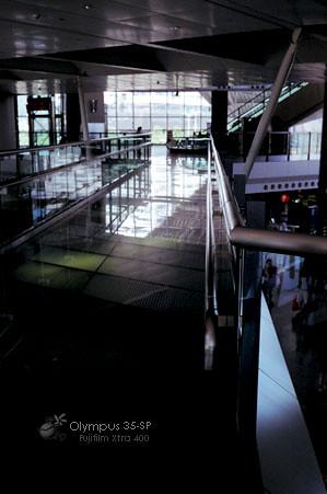 六家高鐵站內部